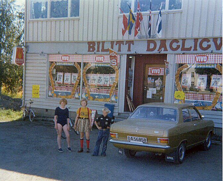 Bilitt en gang på 70-tallet. Det var sol, sommer og vimpler ved Bilitt dagligvare, best kjent som Nyland-butikken. Bilen er en Opel Kadett B, årsmodell 1972.