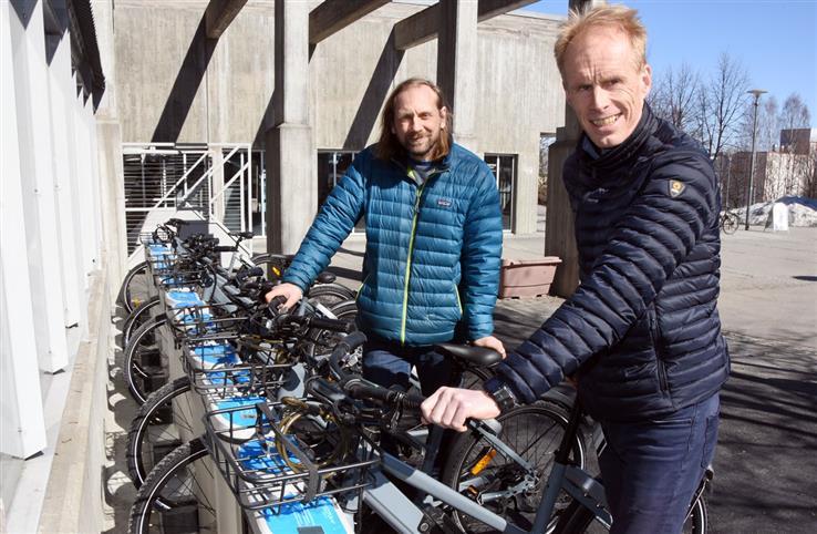 I fjor høst kom det første sykkelstativet med ti elsykler på plass ved Fjellhallen. I løpet av året utvides tilbudet med 50 nye elsykler, forteller Bjørnar Kruse og Arne Moen i Gjøvik kommune.