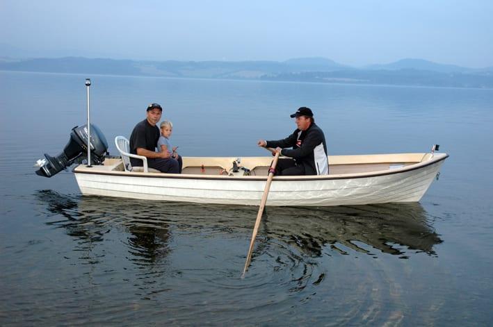 Fire år gamle Christian Pettersen trives i båt når han er med pappa Svein og Roger Dahl ut på fiske. - Vanligvis har han redningsvest på seg, understreker faren.