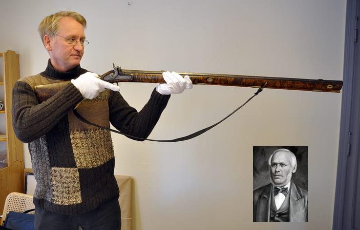Arne Julsrud Berg med et tungt og forseggjort munnladningsgevær fra Even Gihles (innfelt) samlinger.