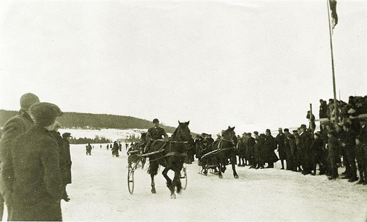Travkjøring på isen i Sundvika, årstallet er ukjent. (Foto: Mjøsmuseet).