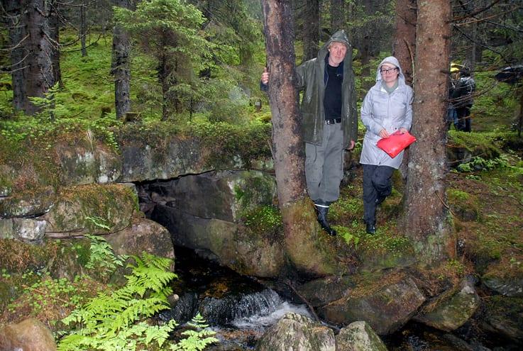 Eivind Peder Hveem og Olavskilden arbeidslag har tatt initiativ til å ta vare på den delen av Kongevegen som går gjennom Hurdal. Her forteller Hveem Ingunn Beyer Hansen fra Statens vegvesen om prommen – eller stikkrenna – i forgrunnen.