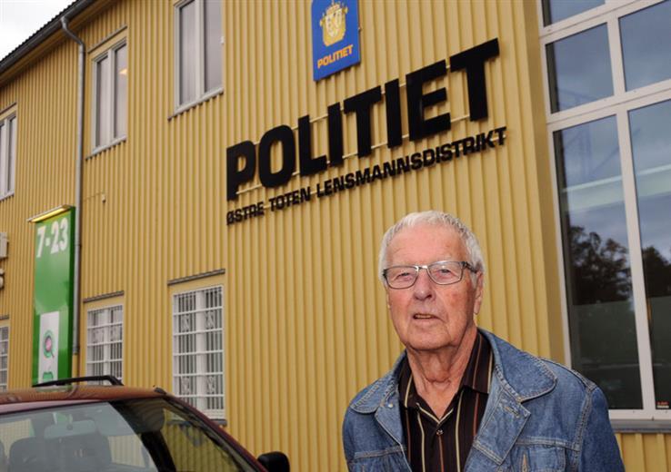 Kåre Odden var lensmann i Østre Toten fra 1982 til 1993. Her er han fotografert utenfor lensmannskontoret i forbindelse med nedleggelsen i 2013.