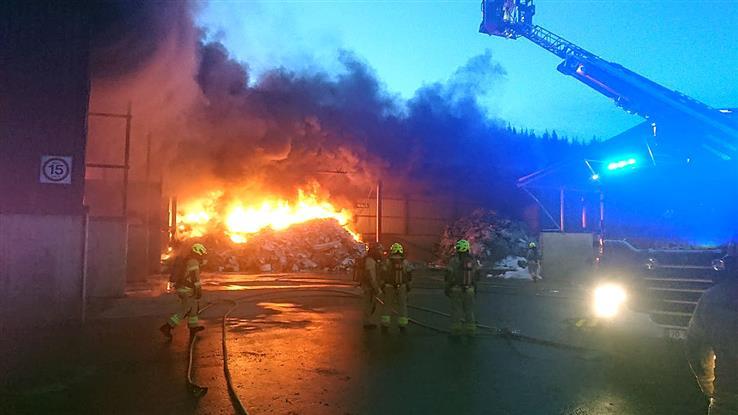 Det brant kraftig i Hunndalen lørdag morgen, og store mannskapsstyrker jobbet med å få slukket brannen.