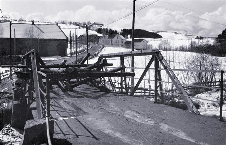 Gjerstad bru ved Lena i aprildagene 1940.