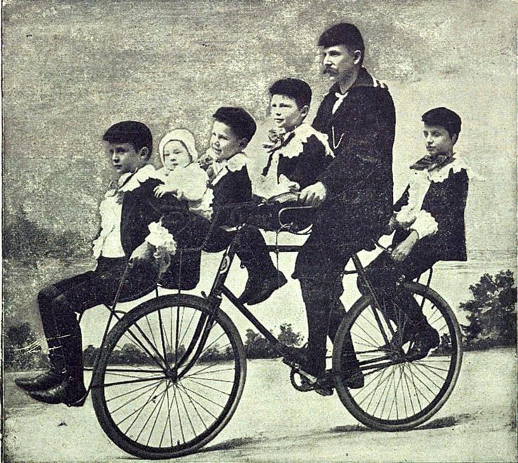 Slik så en topp, moderne sykkel ut da løpet fra bygrensen til Vardal gikk. Bildet er hentet fra en brosjyre anno 1899, her åpenbart en velociped med ekstrautstyr for familieutflukter.