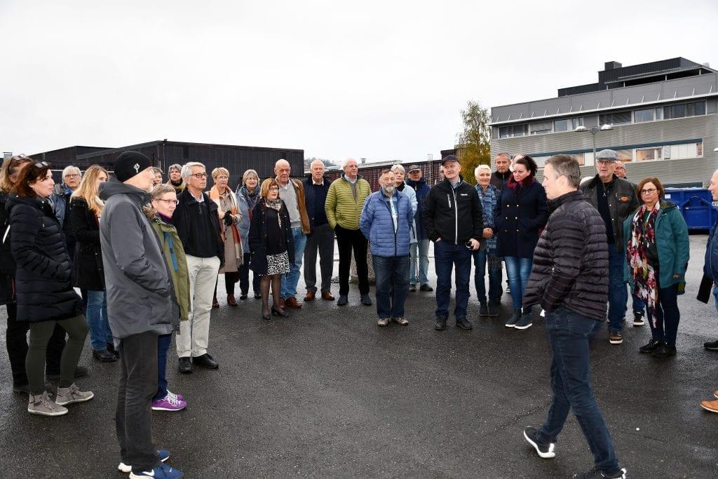 Salgsdirektør Knut Norland kunne fortelle at rektifikasjonsanlegget står på 96 påler, og at du må passere 96 trappetrinn for å komme til topps