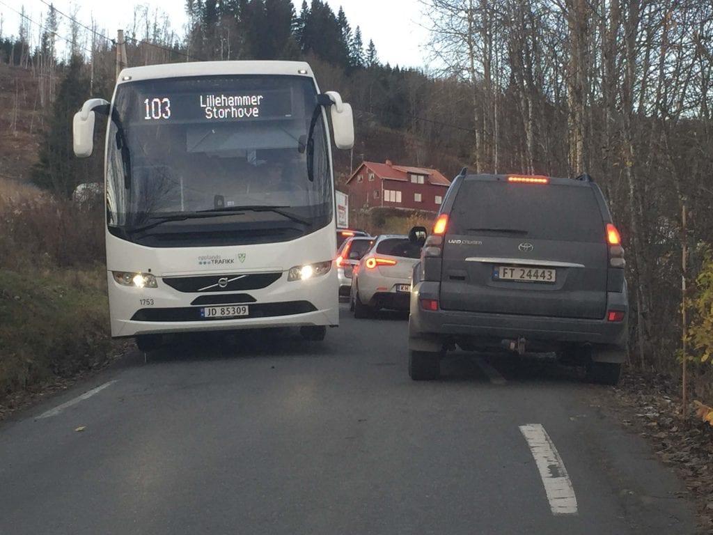 Det ble trangt om plassen på omkjøringsvegen mot Kollshaugen, med mange busser og lastebiler som skule ha plass på smal veg.