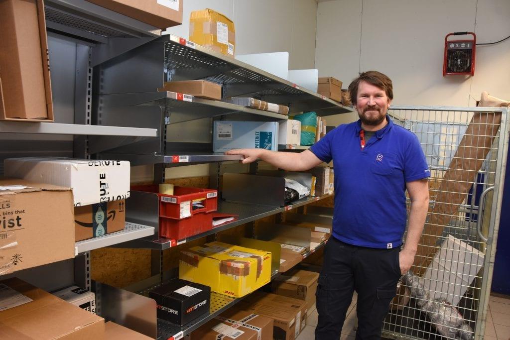 Rema 1000 Kopperud har nå blitt  Postens nye utleveringssted for pakker til postnummer 2818. Kjøpmann Erik Sørlie-Sannes er klar for julepakketrafikken.
