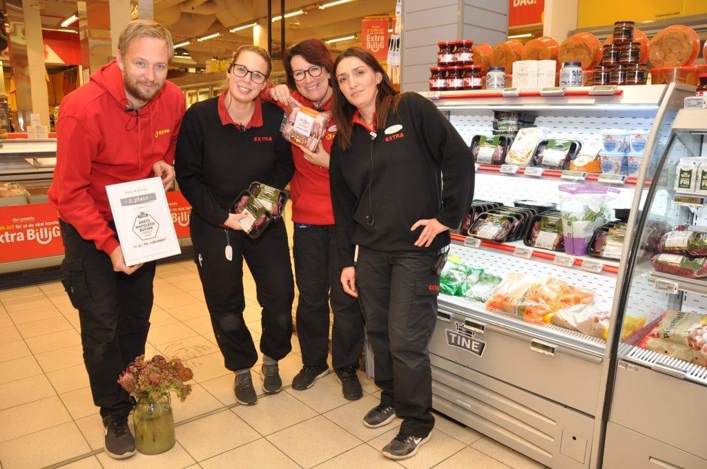 Coop Extra på Kallerud har nok en gang fått en andreplass i Årets Matgledebutikk. Fra venstre: Rune Disserud, Linda Skjellerud Grindvoll, Åse Nørstebøen og Arjeta Kasumi.