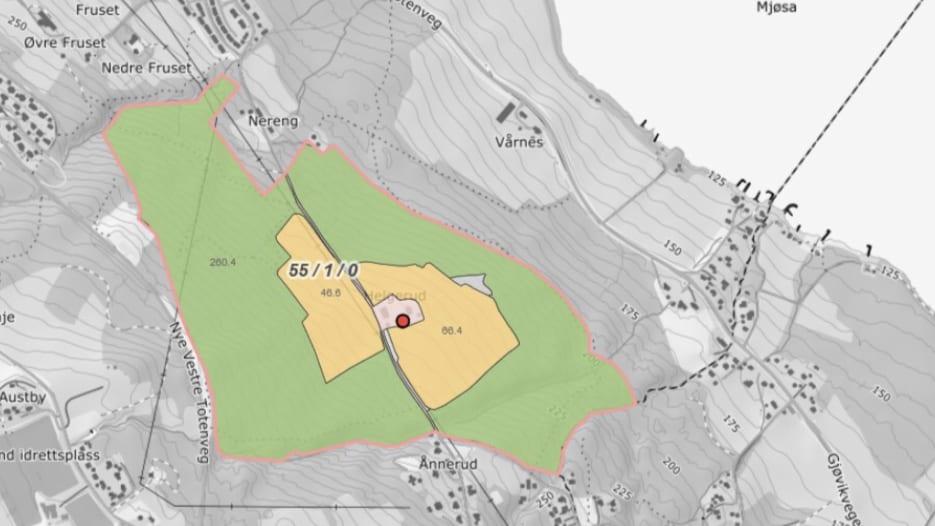 Kartskisse som viser landbrukseiendommen Helgerud på 738 mål. Den stiplede linjen fra Mjøsa er kommunegrensen mellom Gjøvik og Østre Toten kommune.