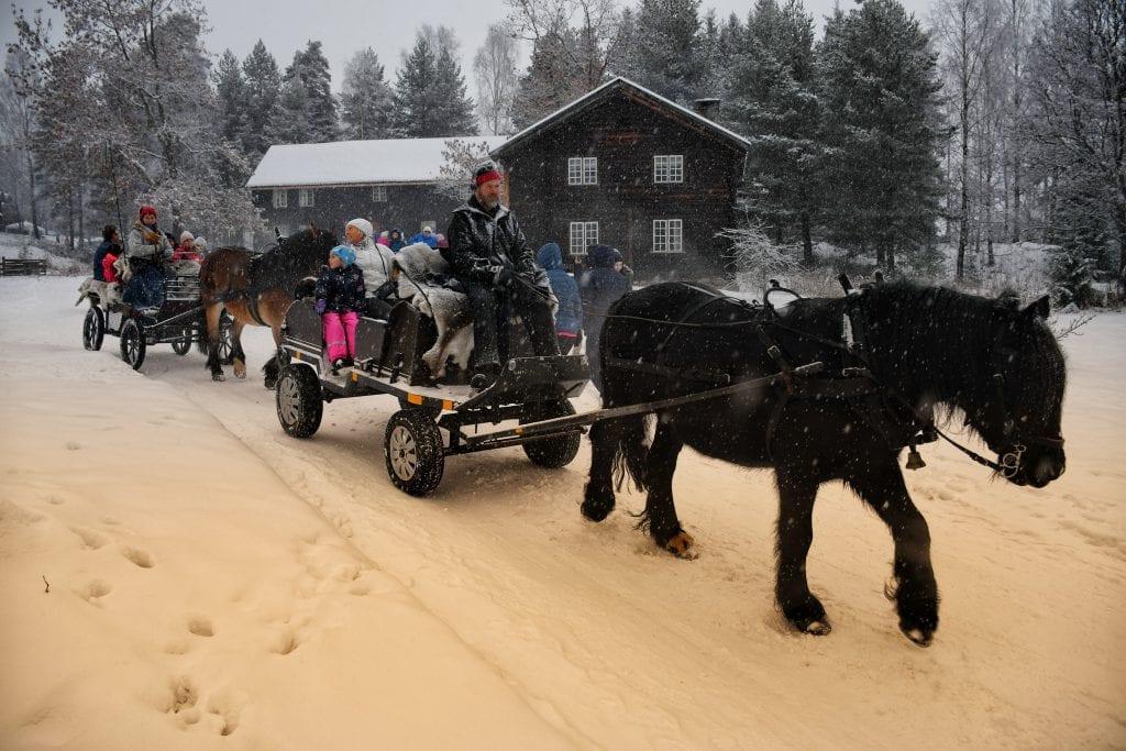 Lille Dialara viser fram posteiene som bestemor Ann Pia Pettersen har bakt 800 av til årets julemarked.