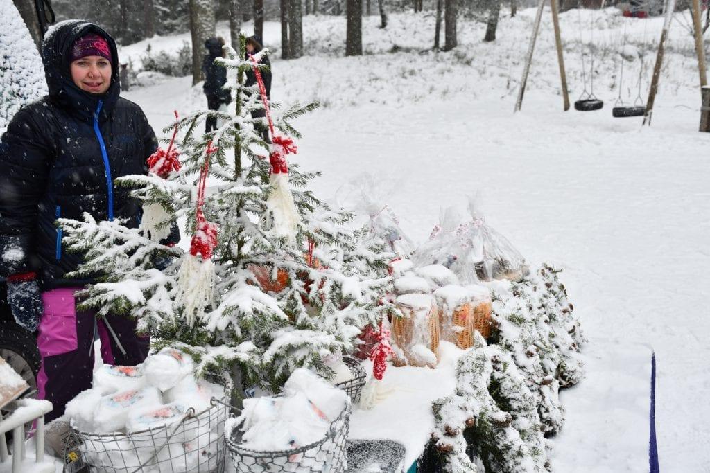 Hege Hagen, som jobber i barnehagen i Redalen, tok det med et smil at hun måtte børste snø av kranser og dekorasjoner med jevne mellomrom.