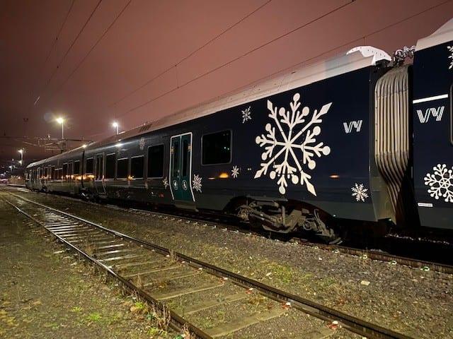 """""""Juletoget"""" gjør det mulig å ta skinnevegen fra og til  Gjøvik eller Oslo, for å oppleve Hadeland Glassverk."""