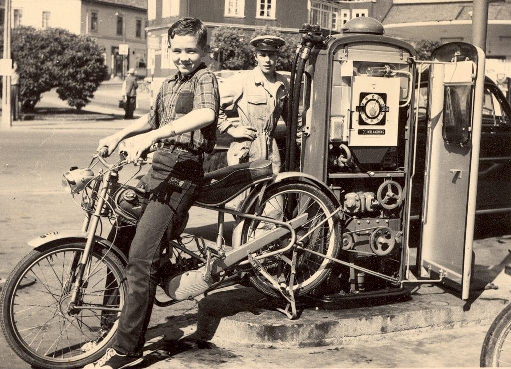 I 1957 kjørte 14 år gamle Tore en stillestående moped koblet til bensinpumpa slik at folk fikk bensin på en strømløs dag. Dette ble også foreviget av et filmteam fra BBC.