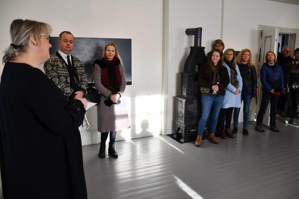 Monica Julie Skogen, som er daglig leder ved Galleri Fjordheim, ønsket kunstnere og publikum velkommen til juleutstilling.