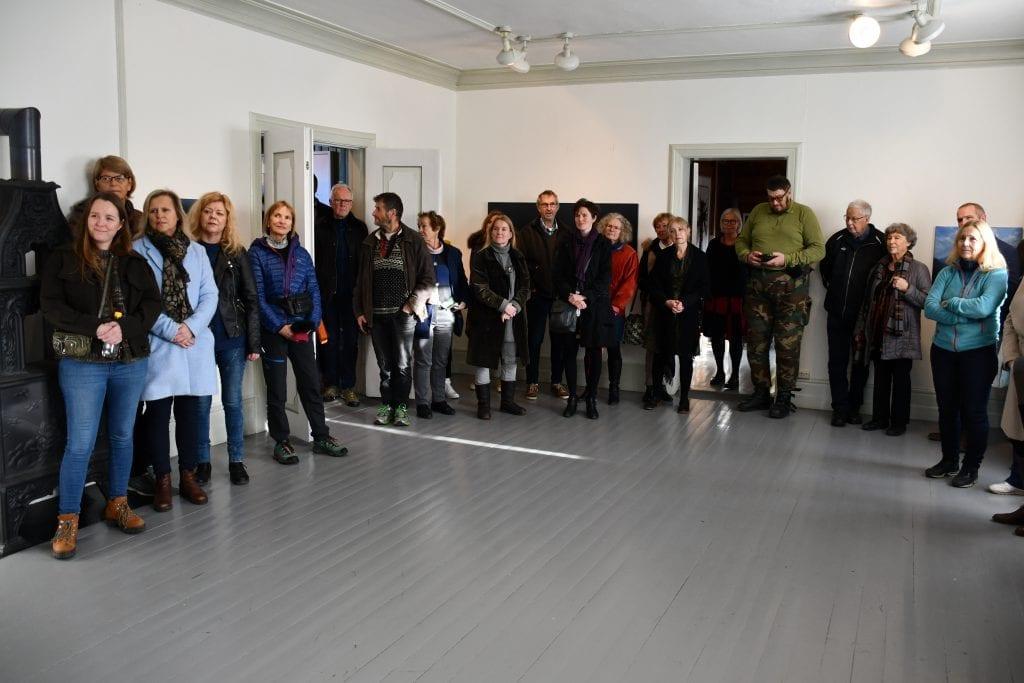 Mange var møtt fram til åpningen av juleutstillingen på Galleri Fjordheim ved Mjøsbrua lørdag. – Det har vært et godt år for galleriet med mange besøkende, sa daglig leder Monica Julie Skogen.